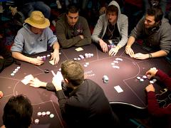 Мнение экспертов по поводу оптимального количества игроков за столом