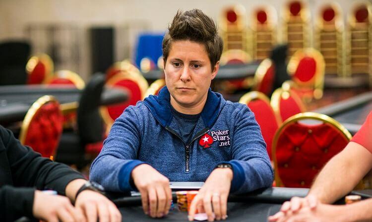 Ванесса Селбст играет в покер «на пенсии»