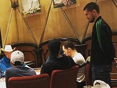 Гус Хансен играет с Кейтсем, Брансоном и другими хайроллерами в Bobby's Room