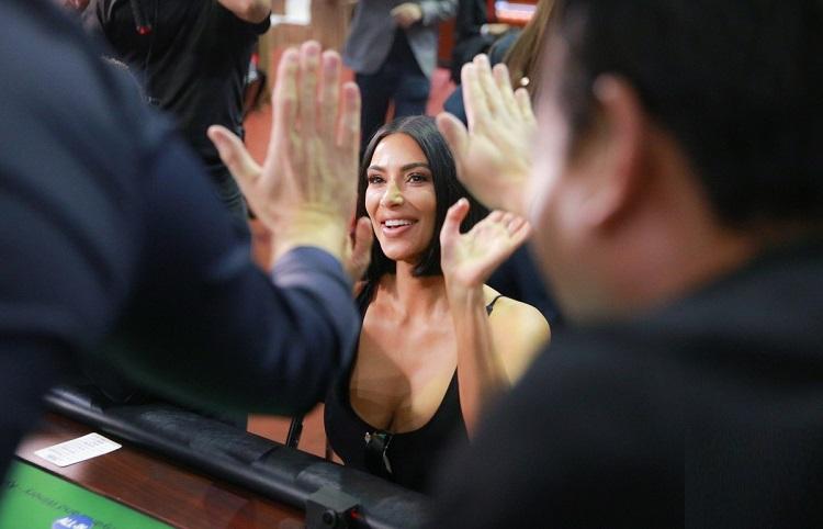 Ким Кардашьян играет в покер