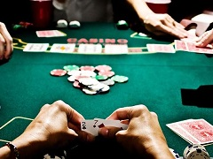 Покерист проиграл 65 000$, после того как засветил свою карту
