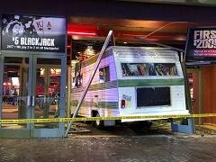 В Лас-Вегасе женщина протаранила вход в казино на автофургоне