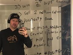 Фил Хельмут написал на зеркале свои цели на 2019 год