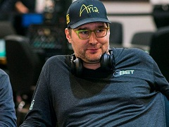 Phil Hellmuth made a poker bet with Rob Yong
