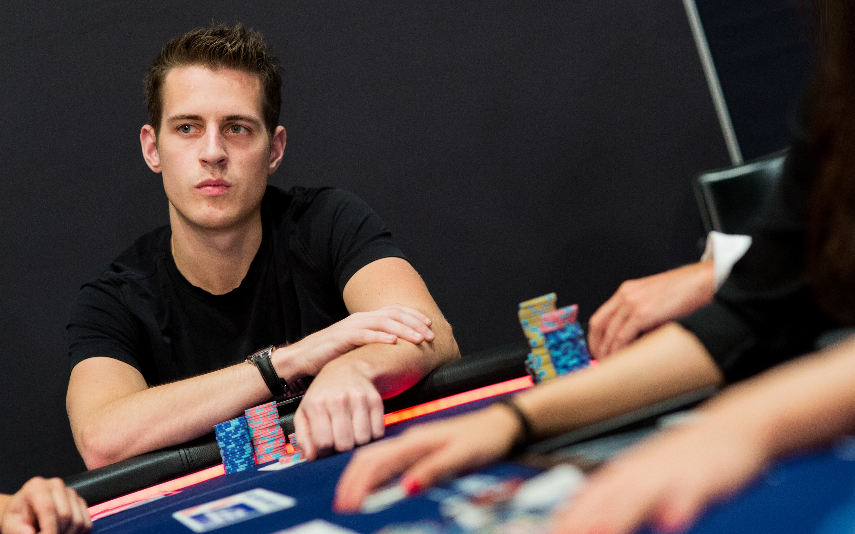 Майк МакДональд отдаёт свой первый покерный трофей