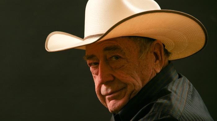"""Дойл """"Texas Dolly"""" Брансон, вероятно, самый выносливый покерист всех времен.  Он играет в покер на протяжении более 60-ти лет. Ему покоряется как игра в турнирах (он выиграл 10 браслетов WSOP и трижды становился чемпионом WSOPME), так и кэш-игра на высоких ставках.  Бороться и выигрывать Брансону приходится не только за покерным столом, но и в жизни – в свои 82 ему удалось победить рак уже в шестой раз. Впервые Брансон столкнулся с раком в 1962 году, когда у него на шее обнаружили опухоль. Тогда его жена как раз была беременна, и главной целью покериста стало дожить до рождения дочери. Врачи помогали ему чем могли, чтобы Дойл протянул как можно дольше, и вскоре отметили, что их старания дали невероятный эффект – опухоль полностью исчезла. С тех пор Брансон страдает от меланомы (тип рака кожи), и перенёс несколько операций, но это не мешает ему продолжать играть в покер и радоваться жизни. Вчера покерист сообщил о своей последней успешной операции по удалению опухоли на голове: «Рак №6 ушел. Плоскоклеточный рак прощай. Просто еще один шрам на лице со шрамом. #лечение #счастливчик #спасибоИисус» С этим его поздравили многие коллеги, пожелав Дойлу крепкого здоровья. Конечно, сейчас Брансон не является страшным соперником в турнирном покере, как это было раньше. Но, несмотря на это, Дойла, которому в августе этого года исполнится 83 года, часто можно увидеть в казино Лас-Вегаса, где он регулярно играет в кэш на высоких ставках."""