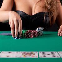 Девушка учит играть в покер